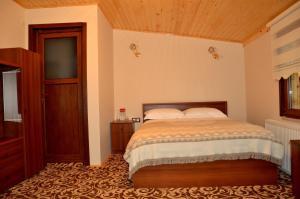 سرير أو أسرّة في غرفة في موتيل دوغا