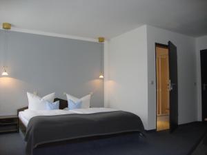 Ein Bett oder Betten in einem Zimmer der Unterkunft Hotel Bergschlößchen