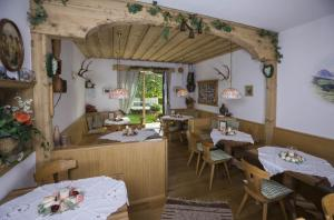 A restaurant or other place to eat at Hotel Garni Zimmermann