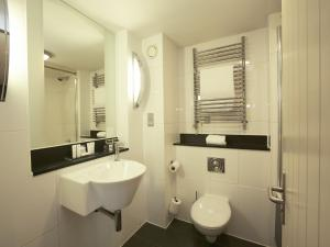 A bathroom at Salthouse Harbour Hotel