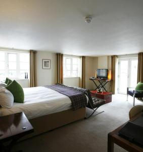A bed or beds in a room at Salthouse Harbour Hotel