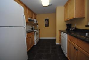 A kitchen or kitchenette at Premiere Suites - Moncton, Assomption Boulevard