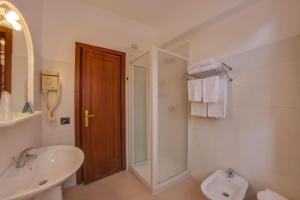 A bathroom at Hotel Del Golfo - Dependance