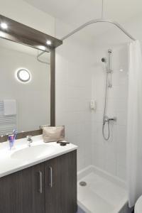 A bathroom at Aparthotel Adagio Access Toulouse St Cyprien