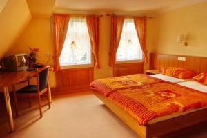 A bed or beds in a room at Pension Webstuhl