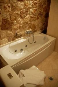 A bathroom at Korina Gallery Hotel