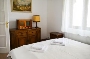 A bed or beds in a room at Casa Transilvania