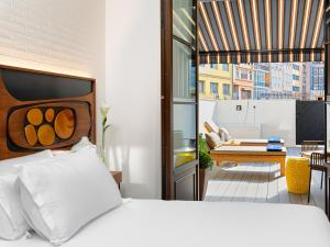 A bed or beds in a room at H10 Metropolitan 4* Sup