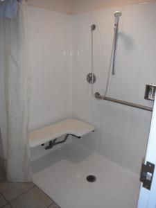 A bathroom at Colusa Riverside Inn