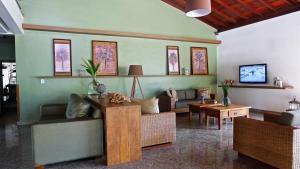 A seating area at Sarana Praia Hotel