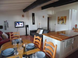 A restaurant or other place to eat at Agde Appartement Rue Louis Bages