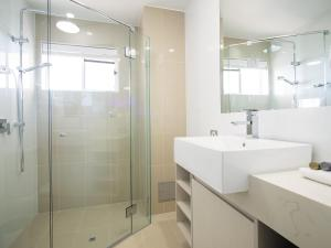 A bathroom at Oaks Sunshine Coast Oasis Resort