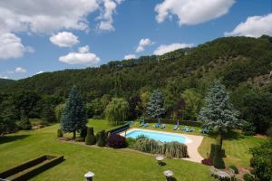 Vue sur la piscine de l'établissement Hostellerie Relais de l'Ourthe ou sur une piscine à proximité