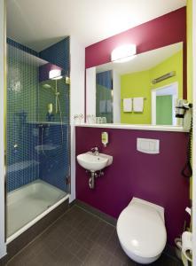 A bathroom at ibis Styles Duesseldorf-Neuss