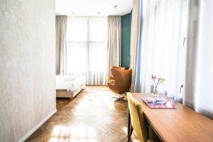 A seating area at Hotel De Hallen