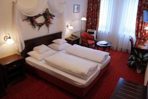A bed or beds in a room at Hotel Am Josephsplatz