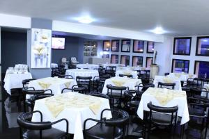 A restaurant or other place to eat at Nacional Inn Curitiba Torres