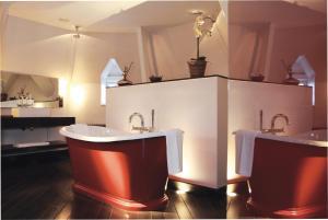 A bathroom at Manoir de Lébioles