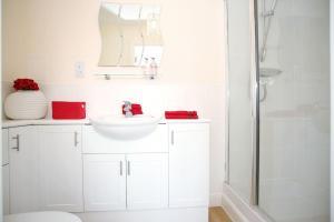 A bathroom at Friarsfield Mews