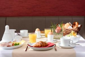Breakfast options available to guests at das seidl - Hotel & Tagung - München West