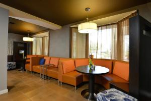 A seating area at Courtyard by Marriott Bentonville