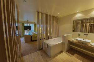 Ein Badezimmer in der Unterkunft Kur und Wellnesshaus Spreebalance, The Originals Relais (Relais du Silence)