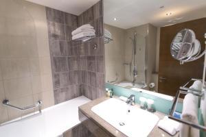 A bathroom at Hilton London Canary Wharf
