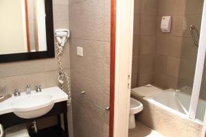 Un baño de De Los Arroyos Apart Hotel