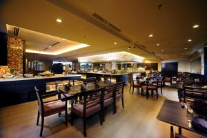 A restaurant or other place to eat at Grand Margherita Hotel