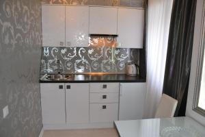 Кухня или мини-кухня в Home Lux Apartments у Кремля