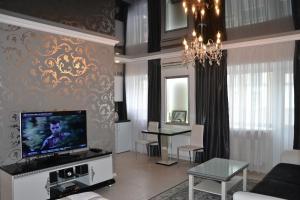 Телевизор и/или развлекательный центр в Home Lux Apartments у Кремля
