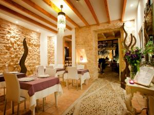 A restaurant or other place to eat at Ca´n Pere