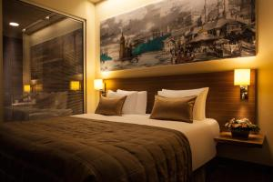 A bed or beds in a room at Gorrion Hotel Istanbul