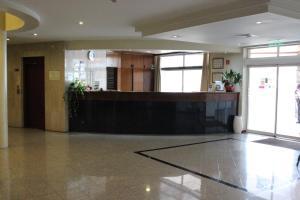 A área de receção ou átrio de Hotel Santa Maria