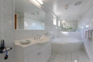 A bathroom at Cardiff Motor Inn