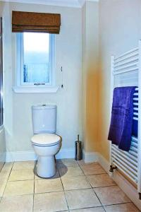 A bathroom at Hillview House Hostel Inverness