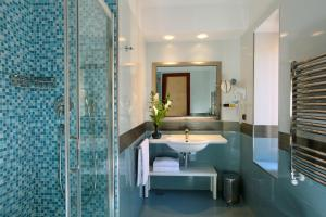 A bathroom at Hotel Serena