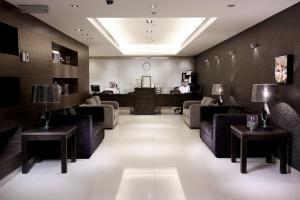 Um restaurante ou outro lugar para comer em Watheer Hotel Suite