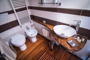 A bathroom at Biciclo' Ferrara Città