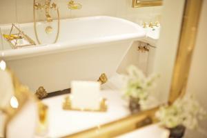 Ванная комната в Palais Coburg Hotel Residenz