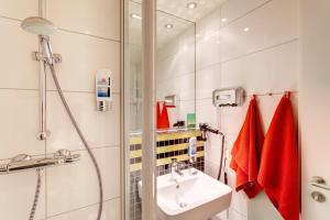 Een badkamer bij MEININGER Hotel Frankfurt Main / Airport