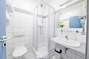 A bathroom at Hotel Tulipan Pruhonice