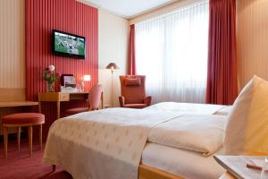 A bed or beds in a room at Romantik Hotel Markusturm