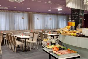 A restaurant or other place to eat at MEININGER Hotel Wien Downtown Sissi
