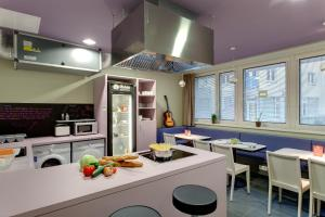 A kitchen or kitchenette at MEININGER Hotel Wien Downtown Sissi