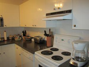 A kitchen or kitchenette at Heathergate Cottage and Suites