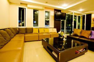 A seating area at Sinsuvarn Airport Suite Hotel