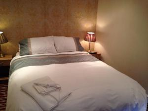 A bed or beds in a room at Shears Inn