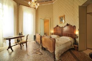 A bed or beds in a room at Residenza d'Epoca Regina d'Arborea