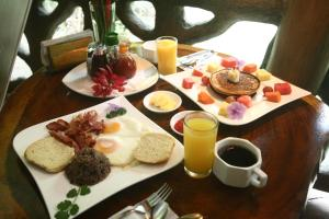 Breakfast options available to guests at Hotel La Costa de Papito